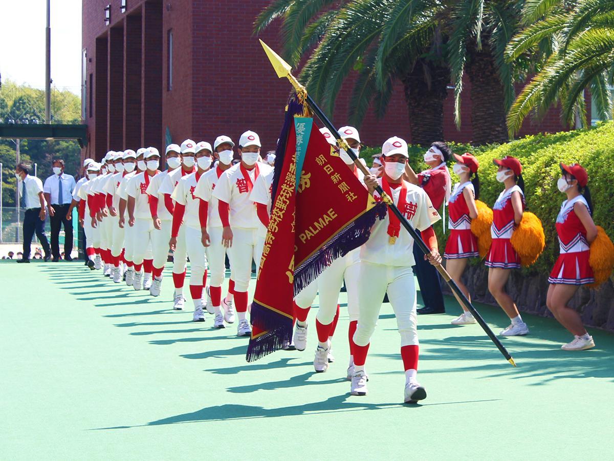優勝旗を手に帰校した智弁学園和歌山高校野球部