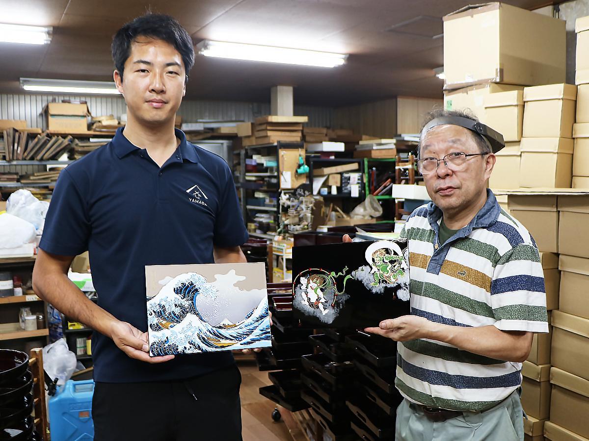 「山家漆器店」の山家優一(左)さんと小畑漆芸の小畑恵嗣さん