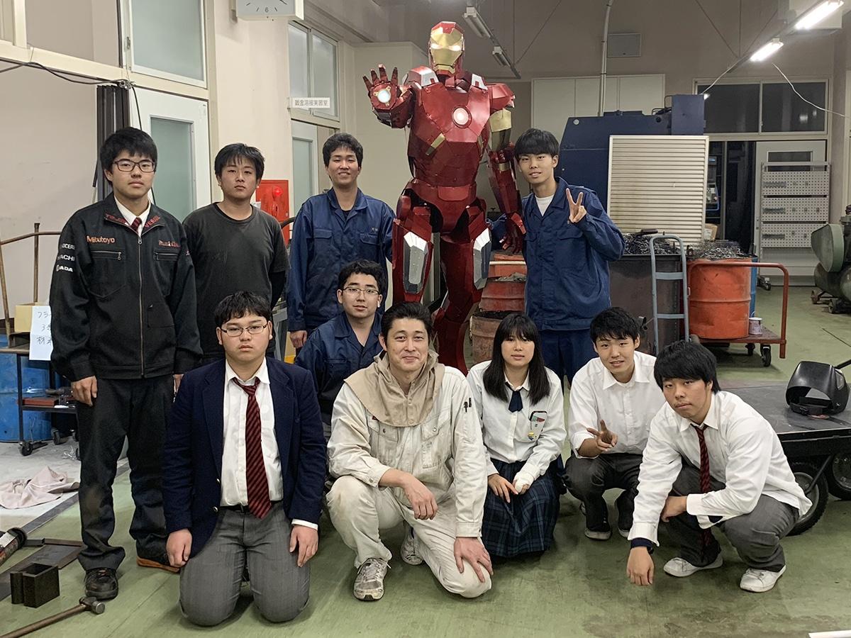 アイアンマンを製作した田辺工業高校機械科3年生の生徒と高井 ...