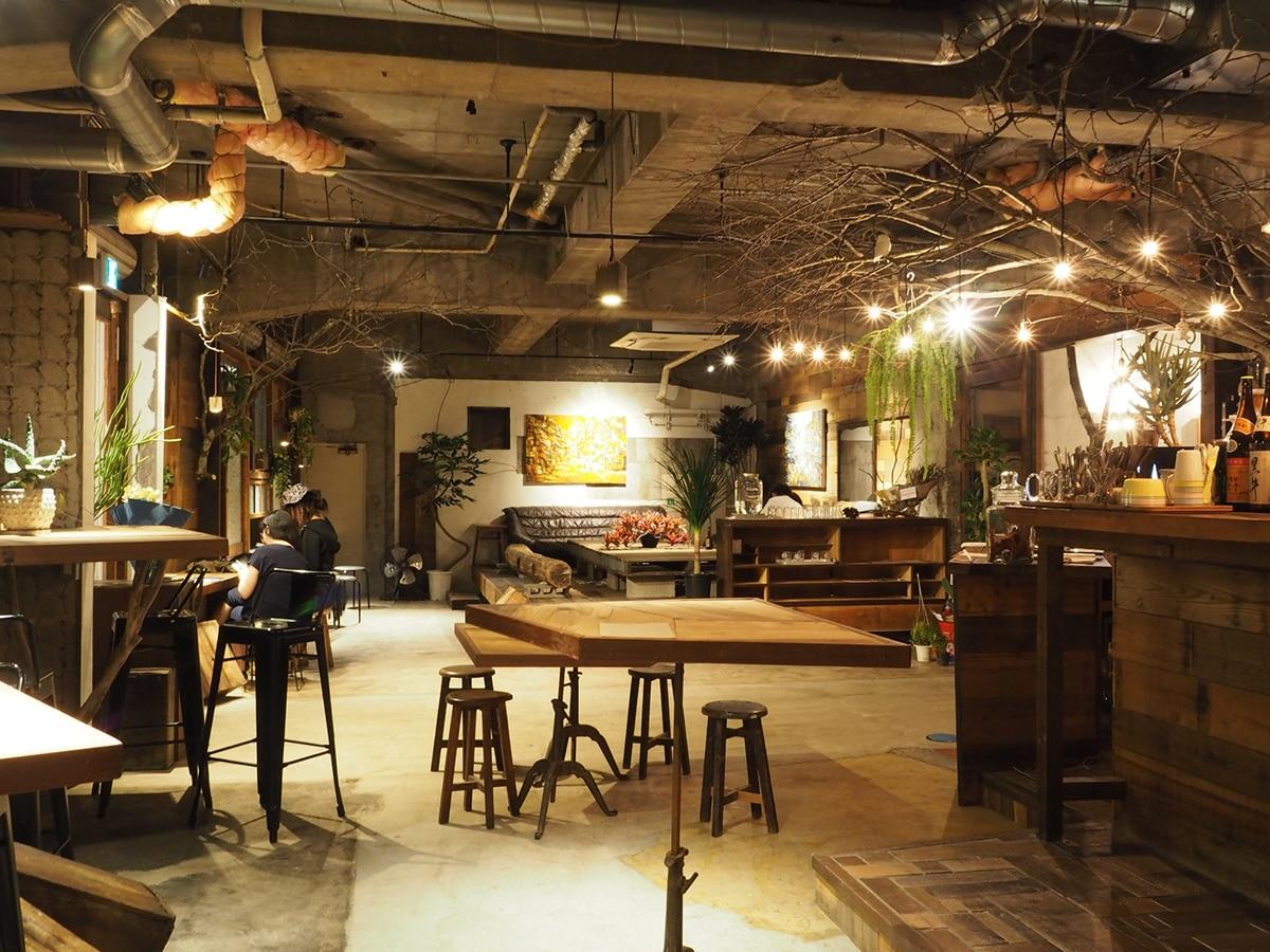和歌山経済新聞ゲストハウスのフロントも兼ねるバー&ダイニングの内観