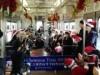 和歌山線の列車内でクリスマスコンサート 那賀高生がサンタ帽でスイング