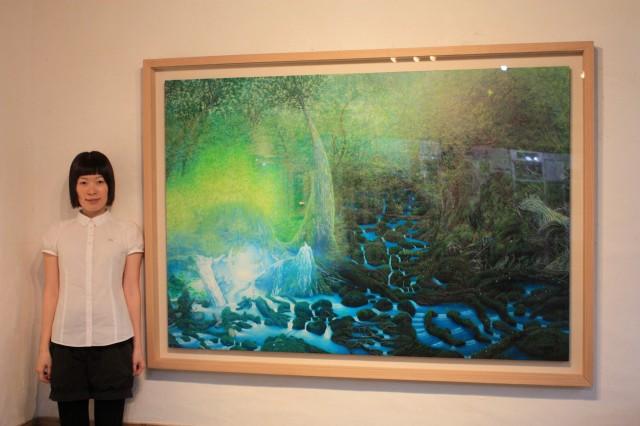 高田さんと個展のメインとなる絵画「水の森」