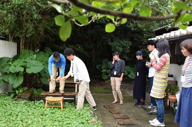 受講者が持ち寄った作品をカフェの庭で撮影