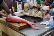 屋久島で子ども料理教室 現役漁師とその妻が教えるトビウオのつみれ汁