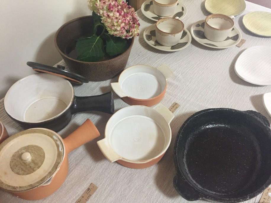 グラタン皿やふた付きのミルクパンなど、実用性の高い陶器が並ぶ