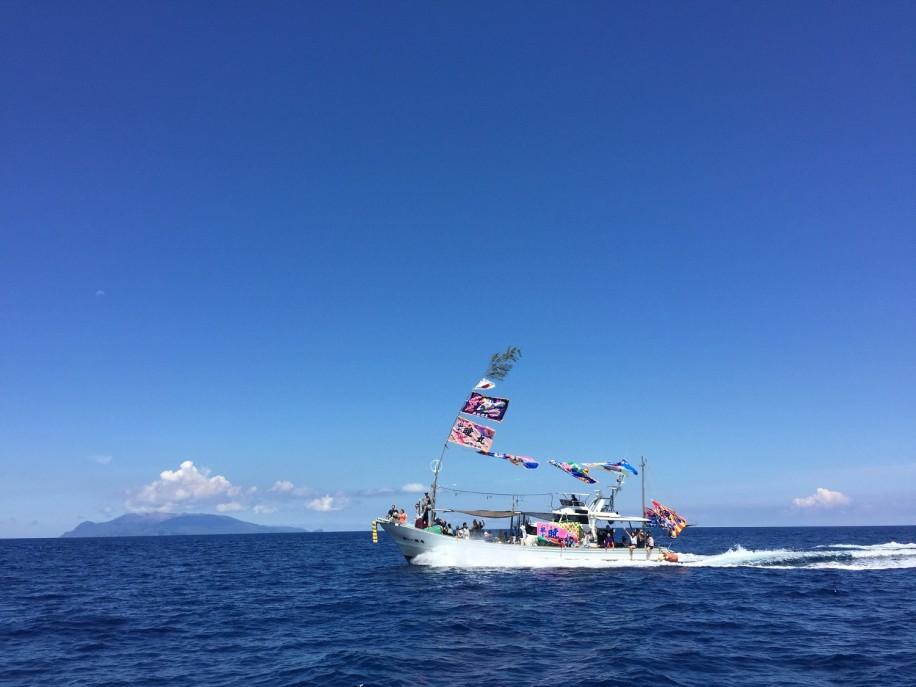 屋久島「浜まつり」 大漁旗はためかせ、一湊湾をパレード