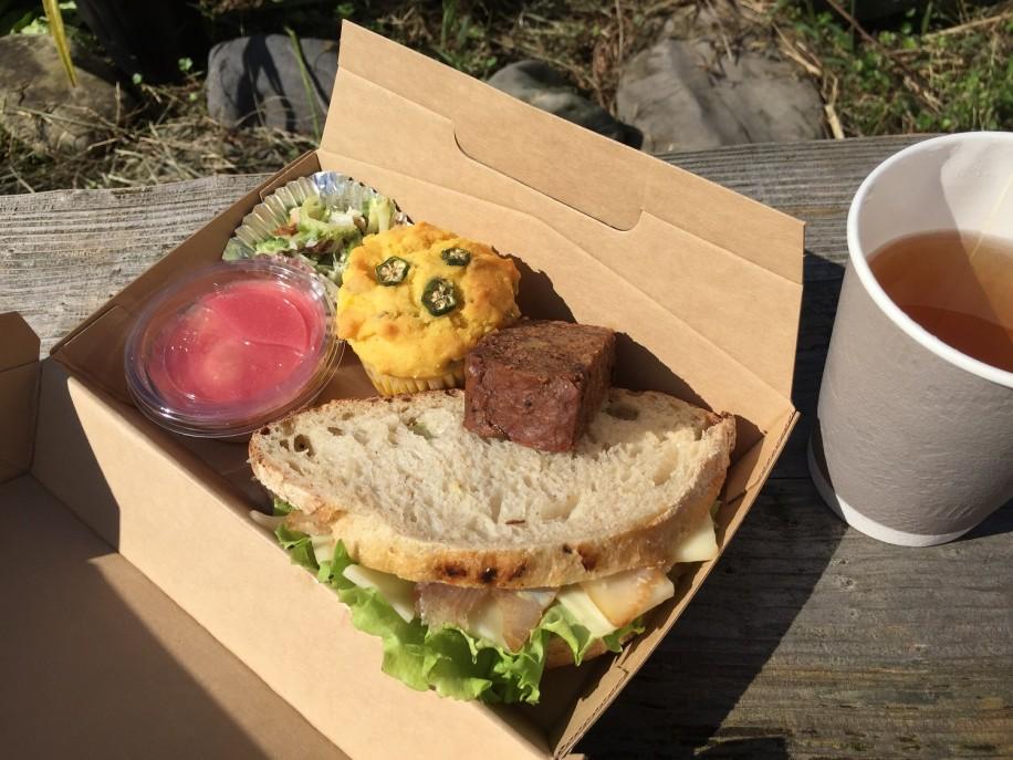 シイラの薫製とゴーダチーズのサンドイッチのボックスと野草茶