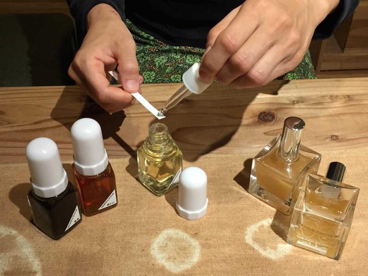 香りを一つ一つ確認しながら、互いの好みを探っていく作業