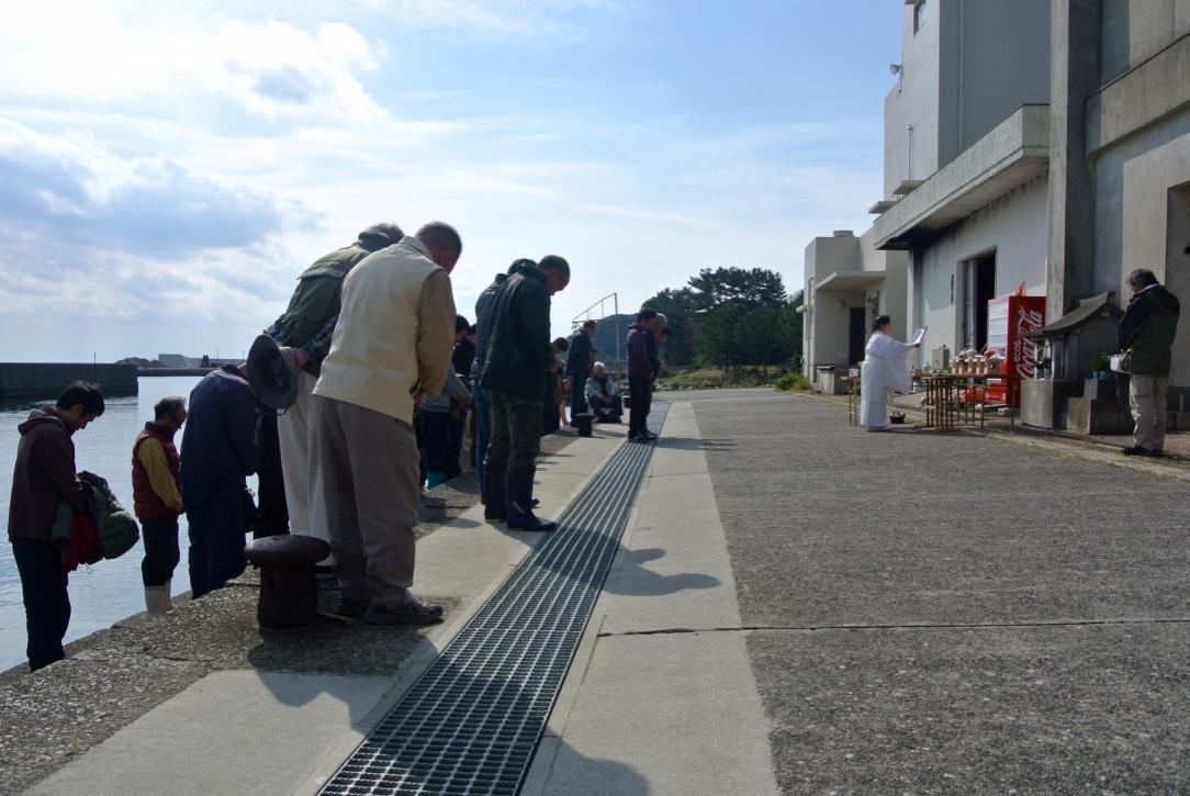 祈りをささげる漁師たち