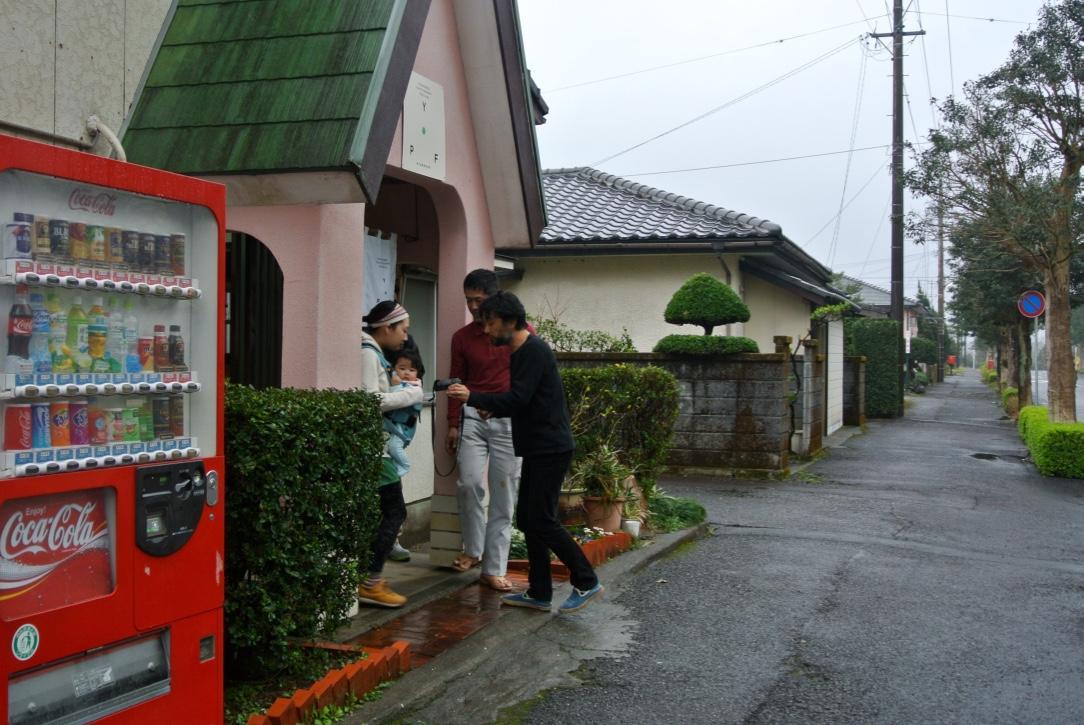 小雨が降る中、屋外での撮影に挑戦