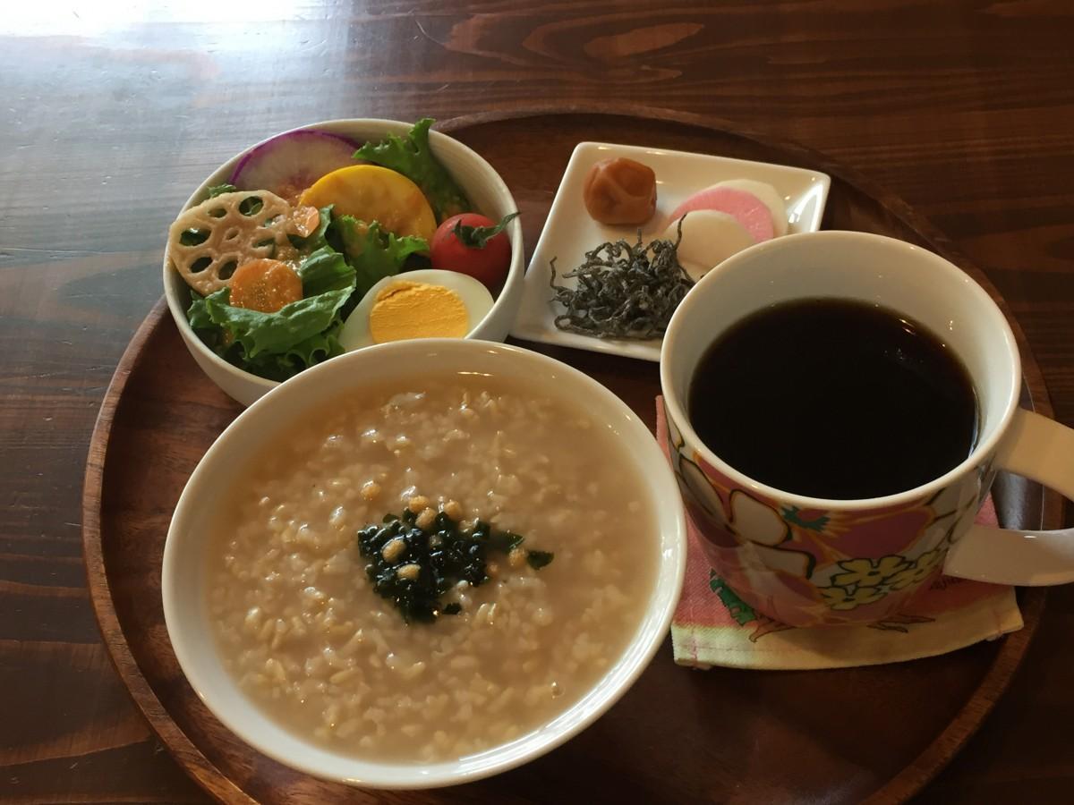 玄米茶がゆセットには、屋久島産の大根の漬物も