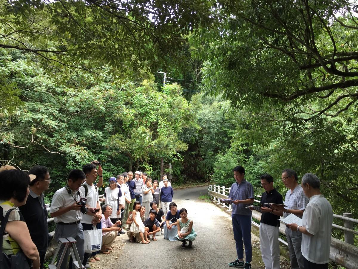 詩人山尾三省の命日の法要の後、参列者の前で創作謡「聖老人」の奉納公演が行われた