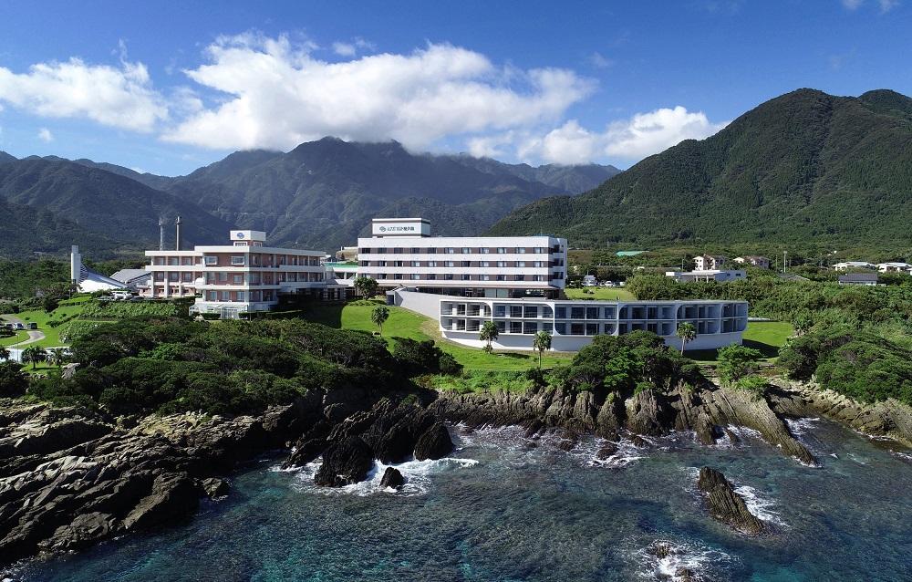 海に面した斜面に立つ「シーサイドホテル屋久島」の別館「波音日和」