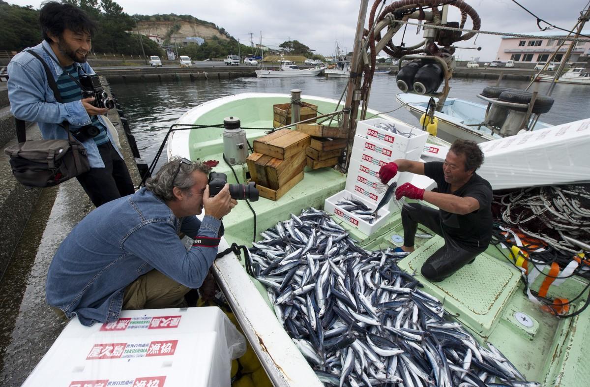トビウオ漁の撮影をする主催者・千々岩さんとアントナンさん