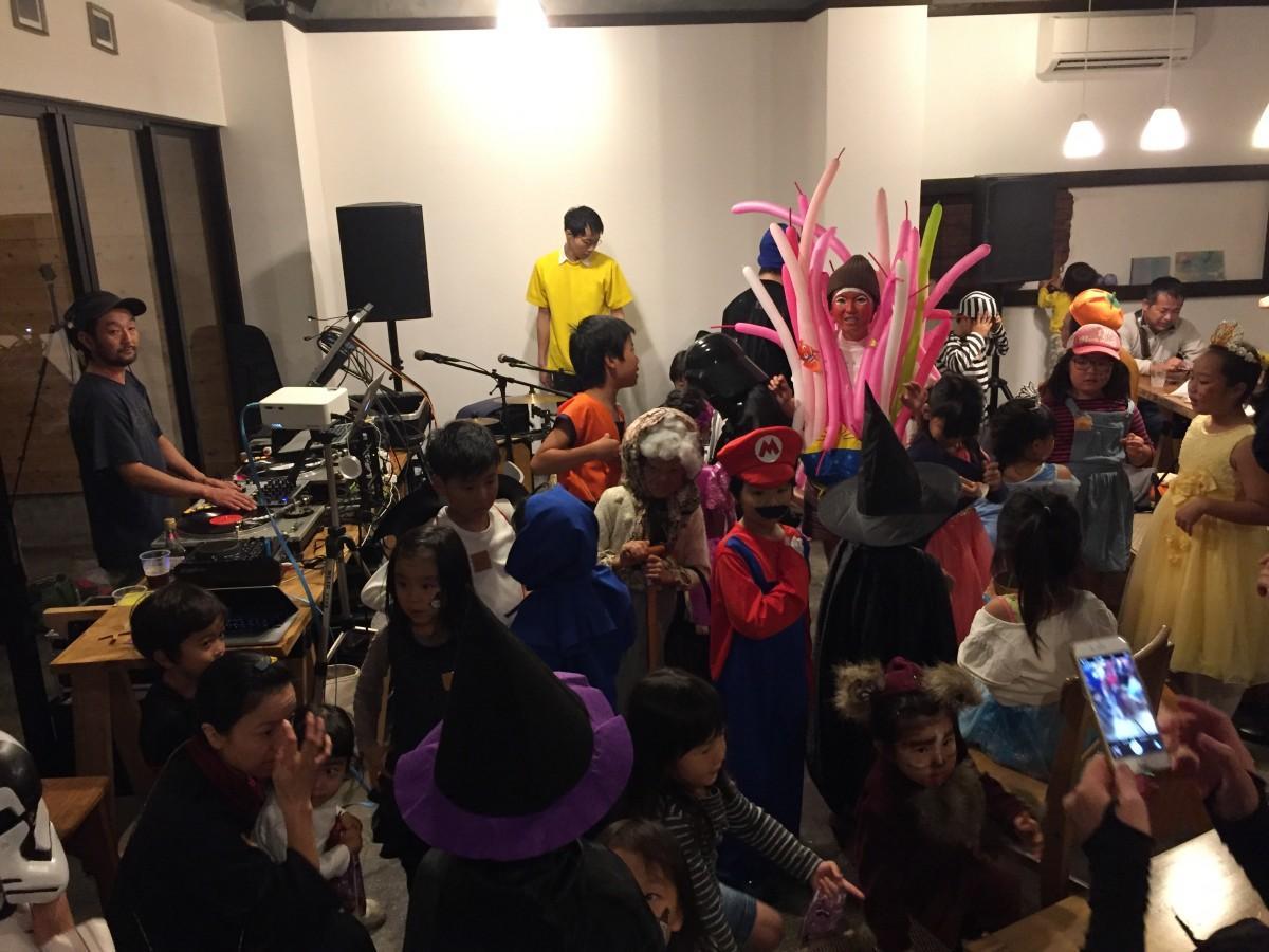 夕方から仮装した子どもたちで盛り上がったハロウィーンパーティー