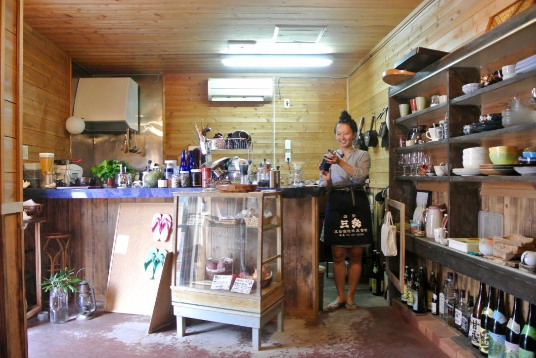 コーヒーを入れる店主・竹島さん