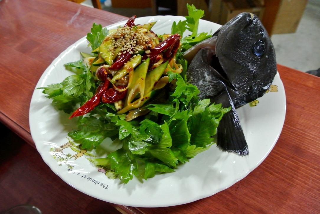島の新鮮な魚を使った中華風刺身