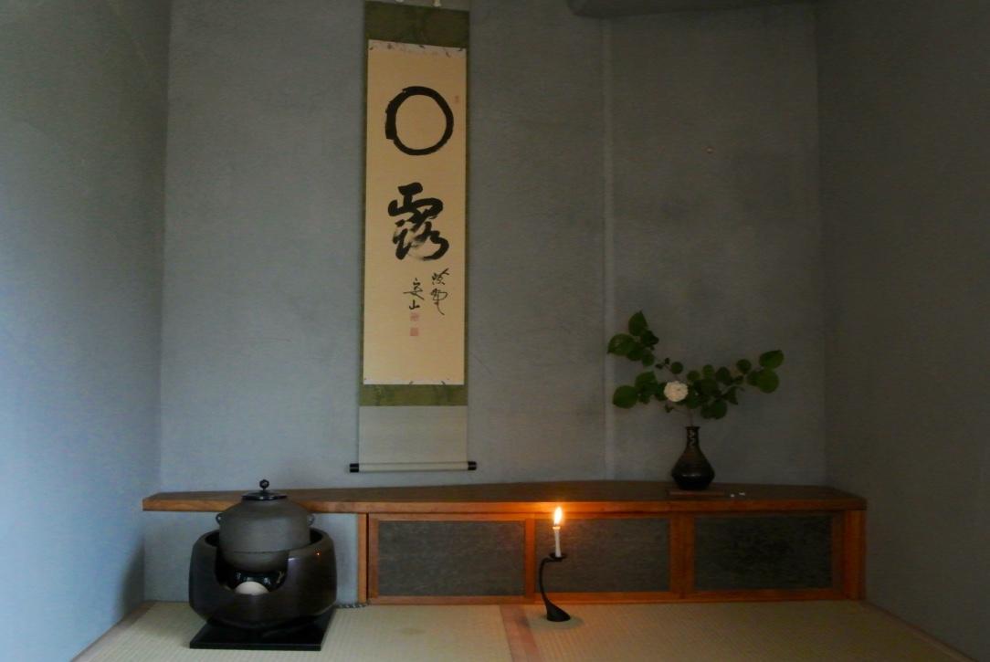 今月の掛け軸(大徳寺住職による平和を願う軸)と花(オオデマリ)
