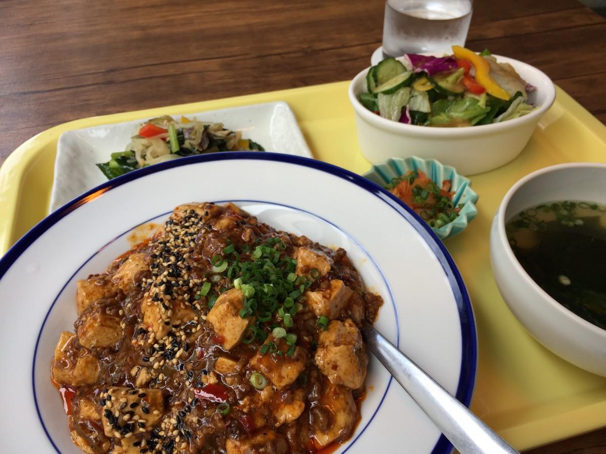 ランチの「島豆腐のマーボー丼セット」は、副菜も付いて野菜たっぷり
