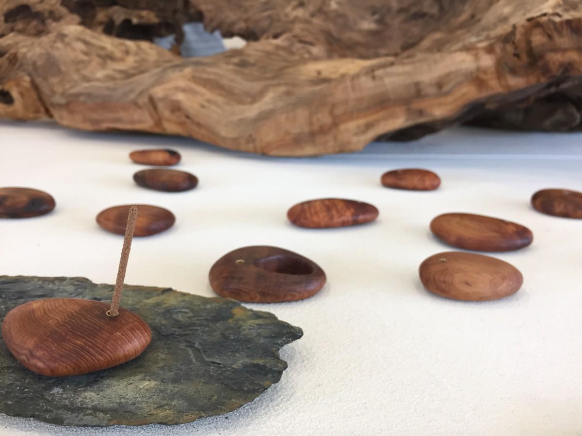木工作家、辻有希さんによる屋久杉の香立て