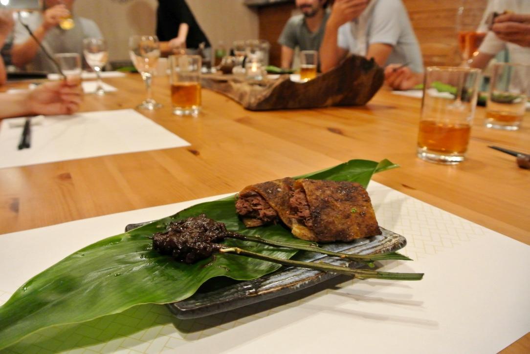 山崎さんが島で集めた葉なども、料理の飾りに用いた