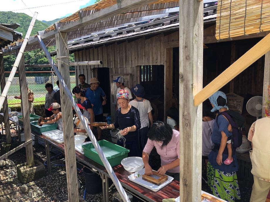 網代小屋で紙すきに挑戦する参加者たち