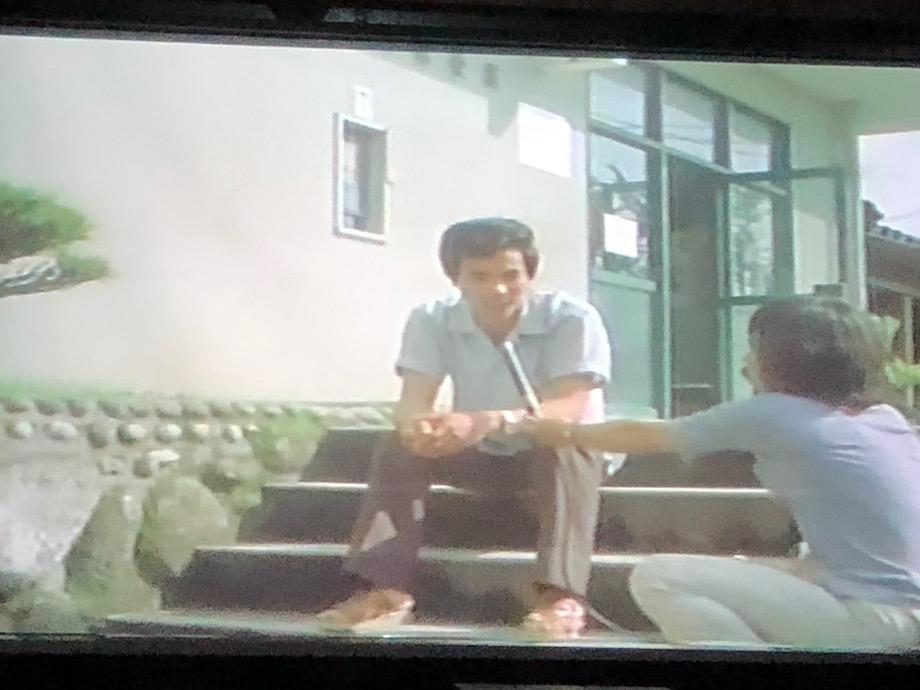 映画中で自然の素晴らしさを語る「山愛会」の青年