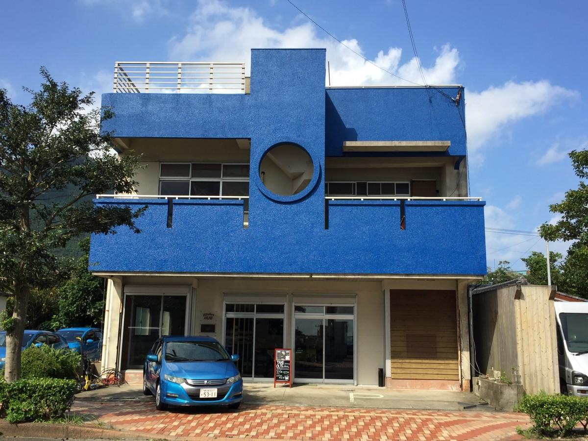 青い外観が目印の「CAFE Kitchen HUB(カフェキッチンハブ)」