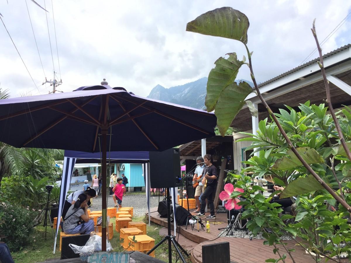 モッチョム岳を背景に演奏する地元バンド「Fuzz LAB」