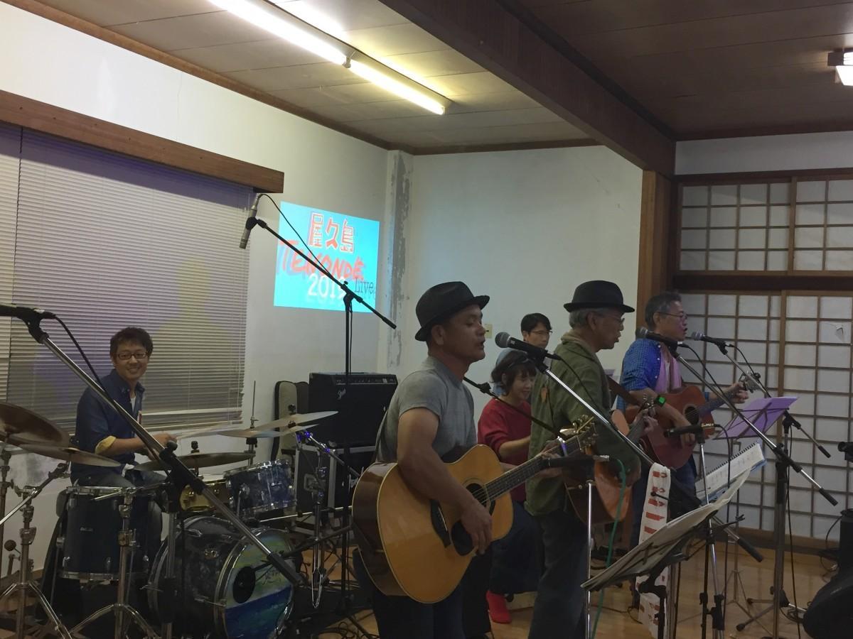 フォークギターバンド「ビッグストーン」とドラムで共演する浦田タケヒロさん