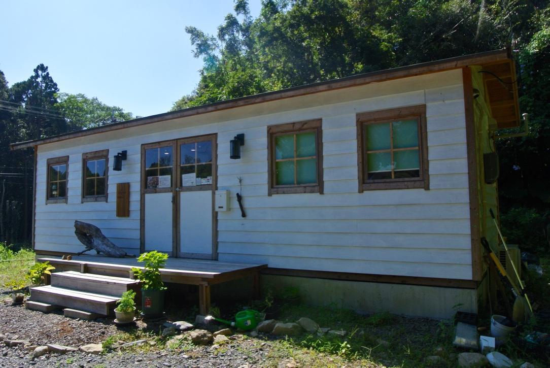 岩本さんが建てた小屋の入り口にはコーヒーの苗とコーヒーに浮かべるティナダムが植えてある