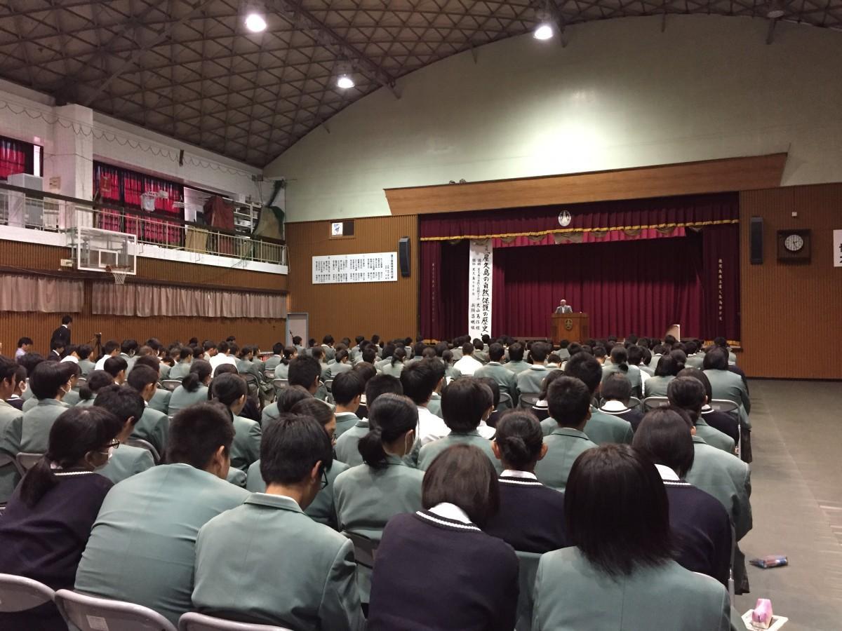 卒業生の話に耳を傾ける屋久島高校の生徒
