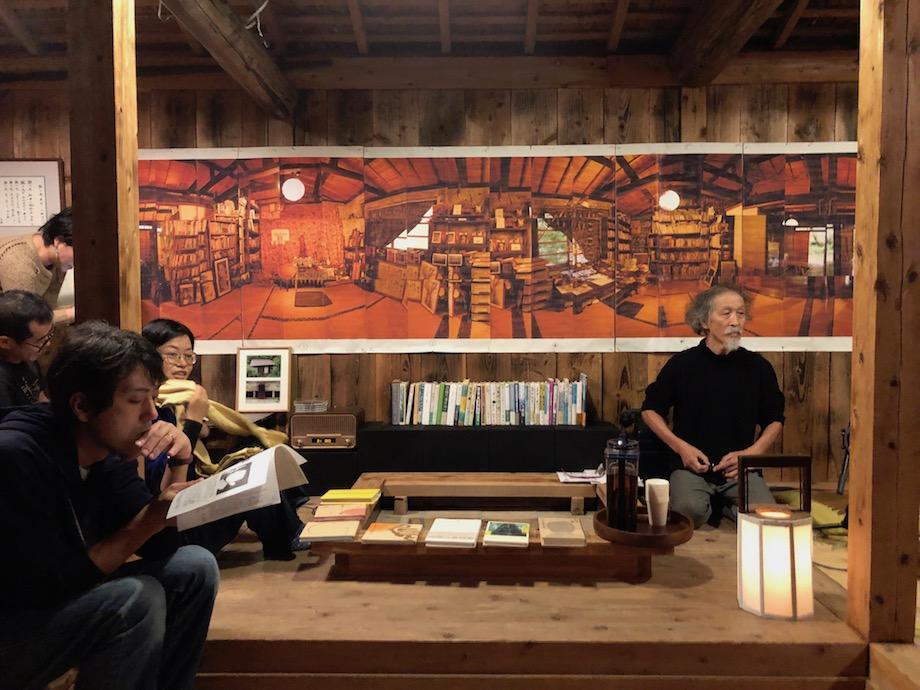 展示品を紹介する手塚さん(右)