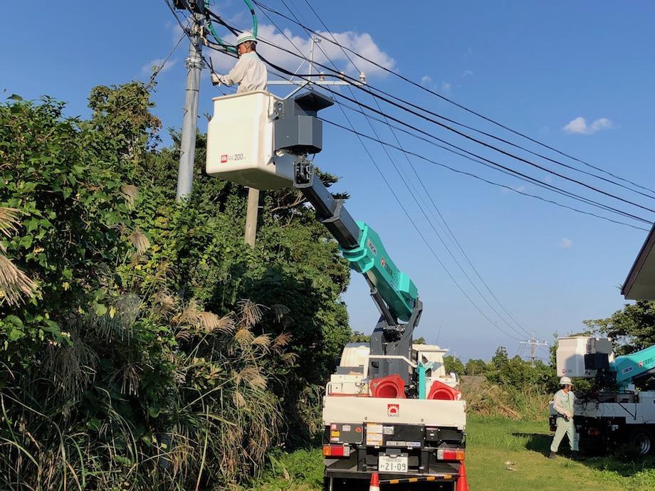 高所作業車による光ケーブル架線作業