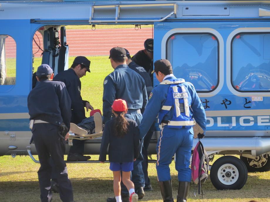 県警ヘリに収容される要救助者