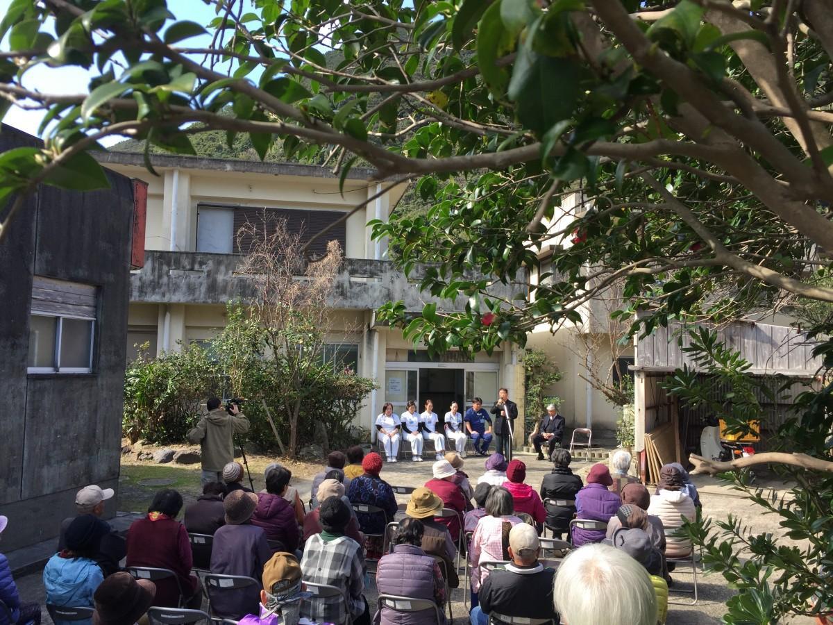 「一湊出張診療所」開所の式典には、高齢者を中心に50人ほどが集まった