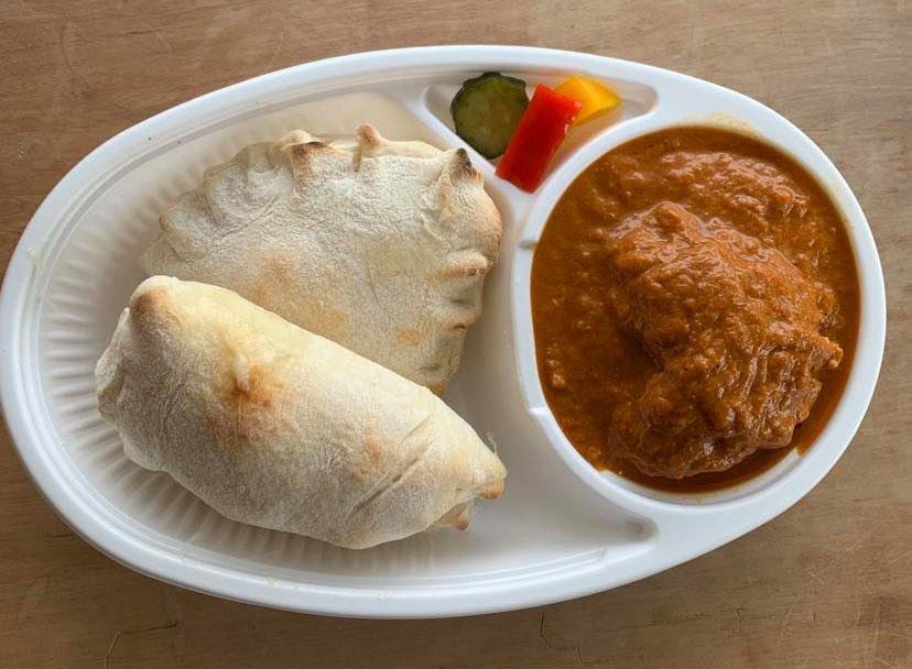 インド風チキンカレーはライスかチーズナンが付く