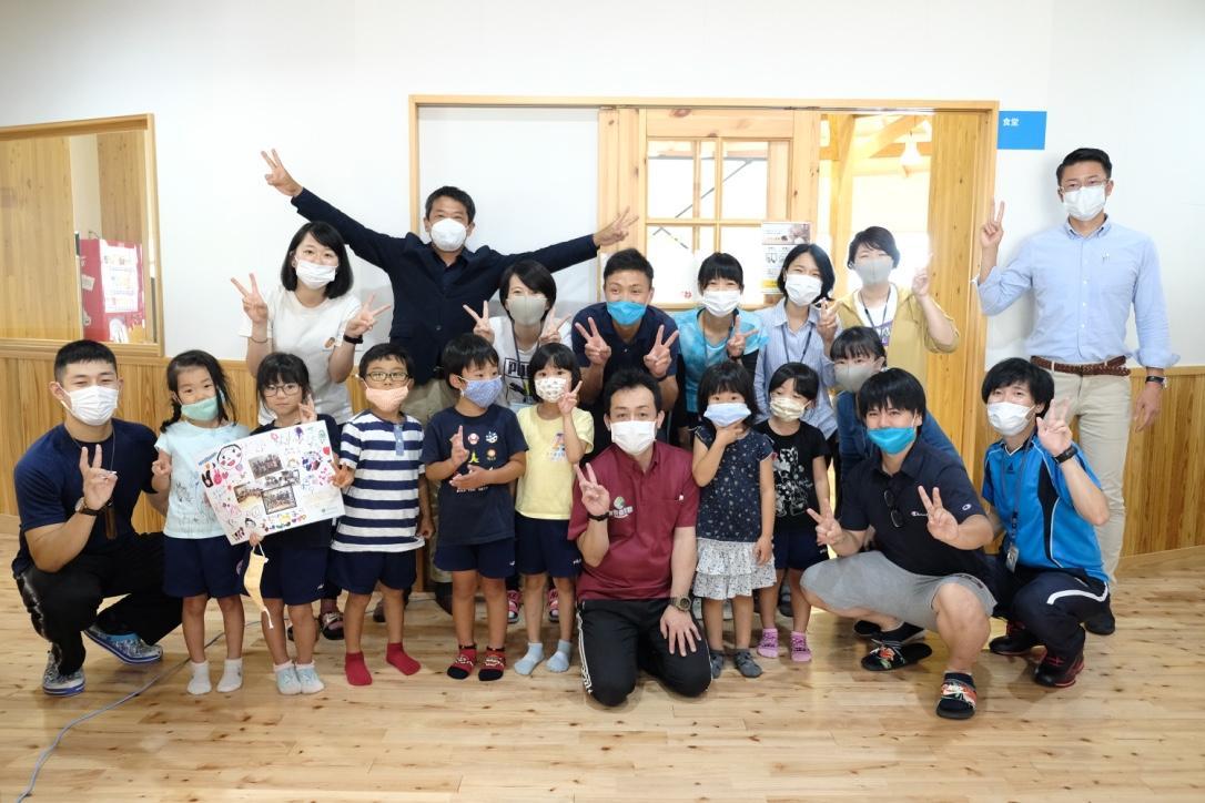 安房保育園の子どもたちと、立ち合った教職員の集合写真