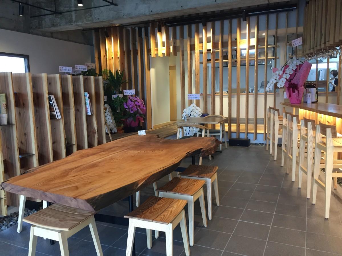 入り口に構えるのは8人掛けの屋久杉の大テーブル