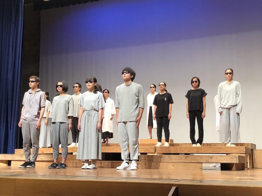 眼鏡型の端末を掛けたセントラル高校の生徒たち(後列中ほどに白衣姿の上田さん)