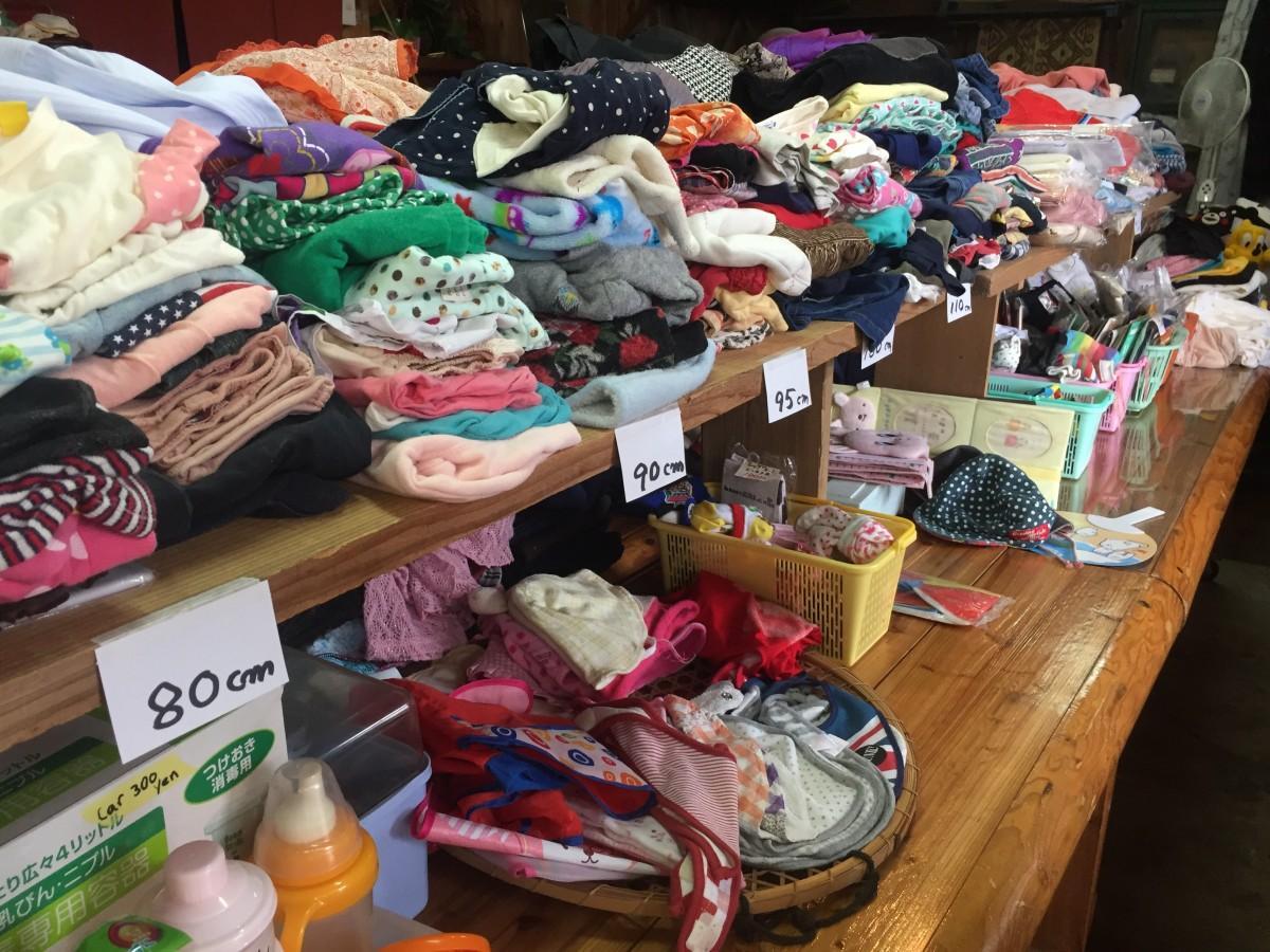サイズ別に仕分けられた子ども服や雑貨の数々