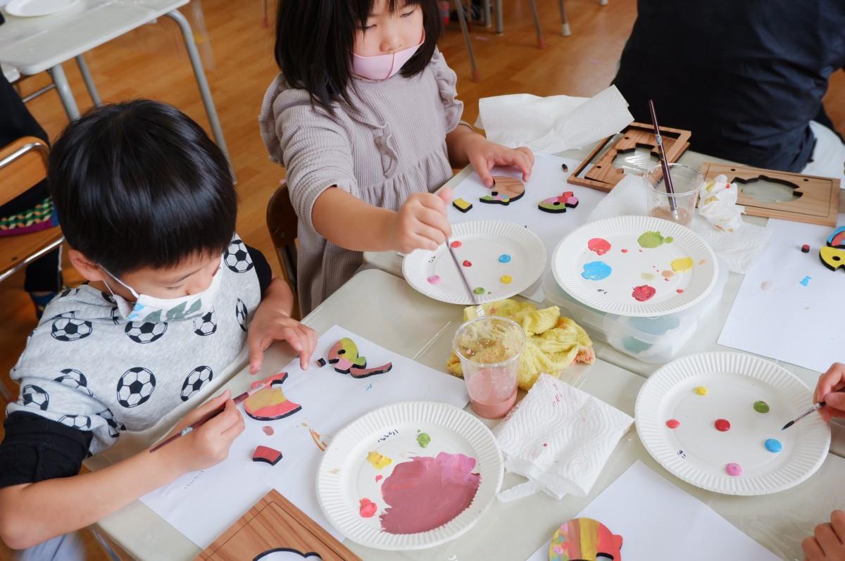 真剣な面持ちでパズルに好きな色を塗る子どもたち