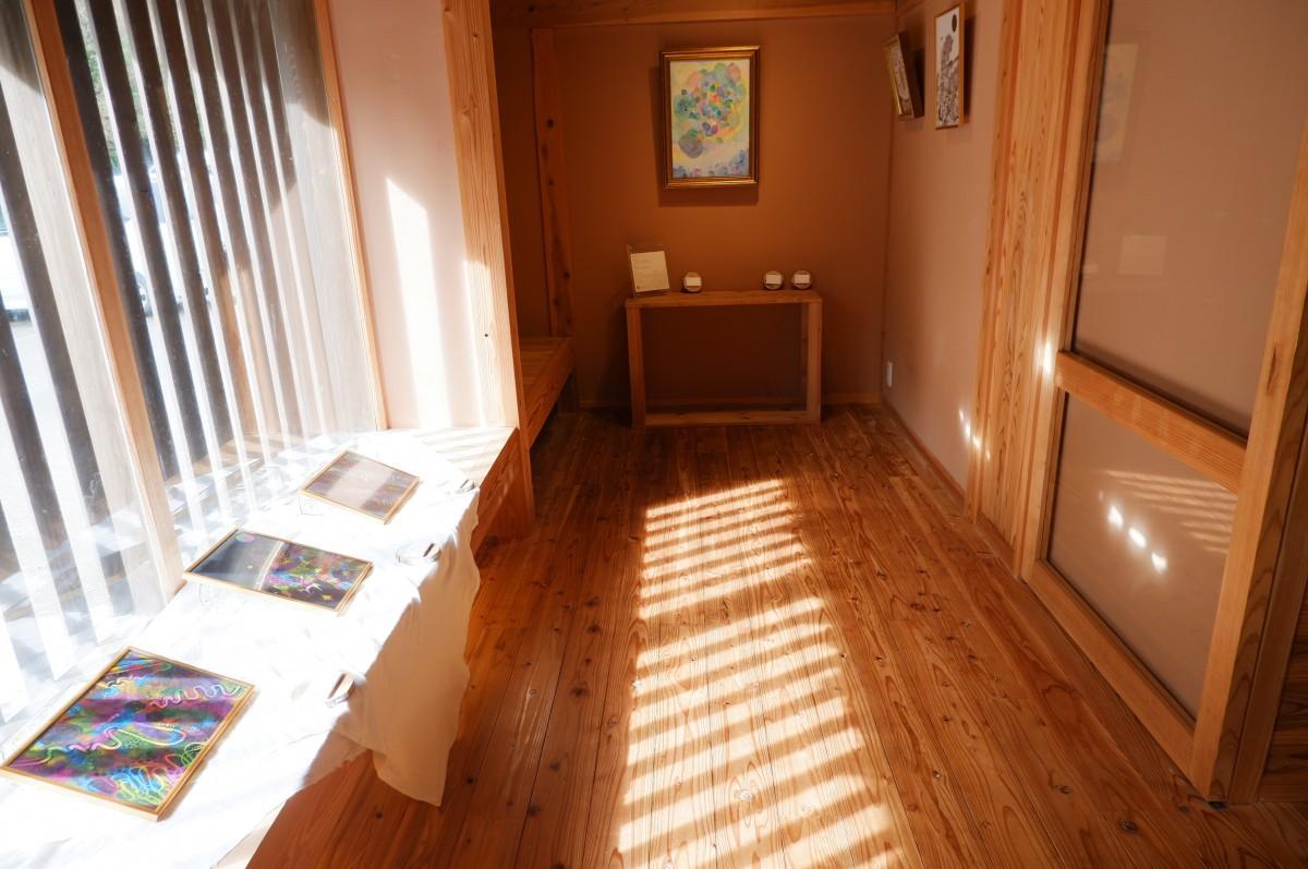 格子窓から柔らかな光が伸びるレンタルスペース「香箱」