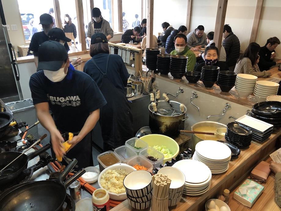 厨房と満席の店内