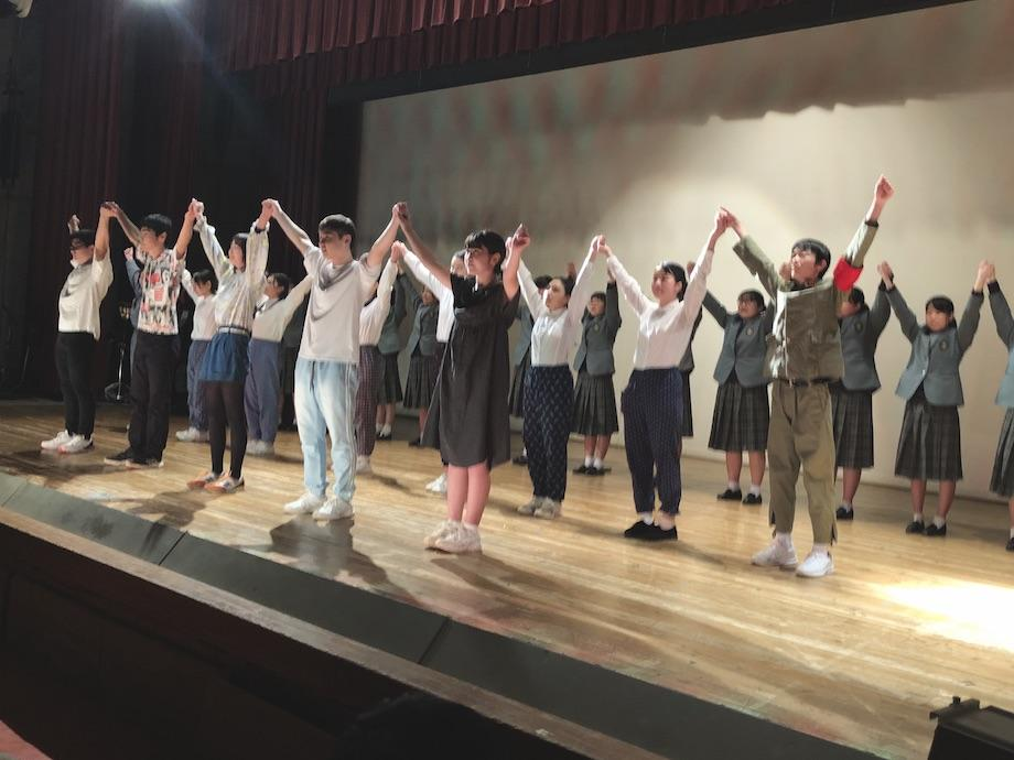 「HEIWAの鐘」を大合唱する演劇部と吹奏楽部の生徒たち