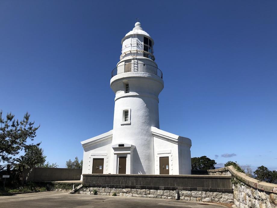 青空に白亜の壁が映える屋久島灯台