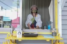 屋久島のカフェが「くちびるに花を」 島外の観光客へ手作り布マスクプレゼント