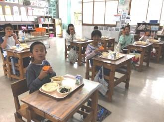 学校給食のデザートに「屋久島たんかん」を 地元農協が小学生らにプレゼント