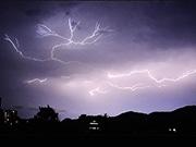 山形で雷伴う豪雨 「怖いけど美しい」稲光、県内各地で観測