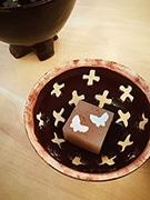 山形で学生製作の菓子器と和菓子のコラボ展 展示品使った茶会も